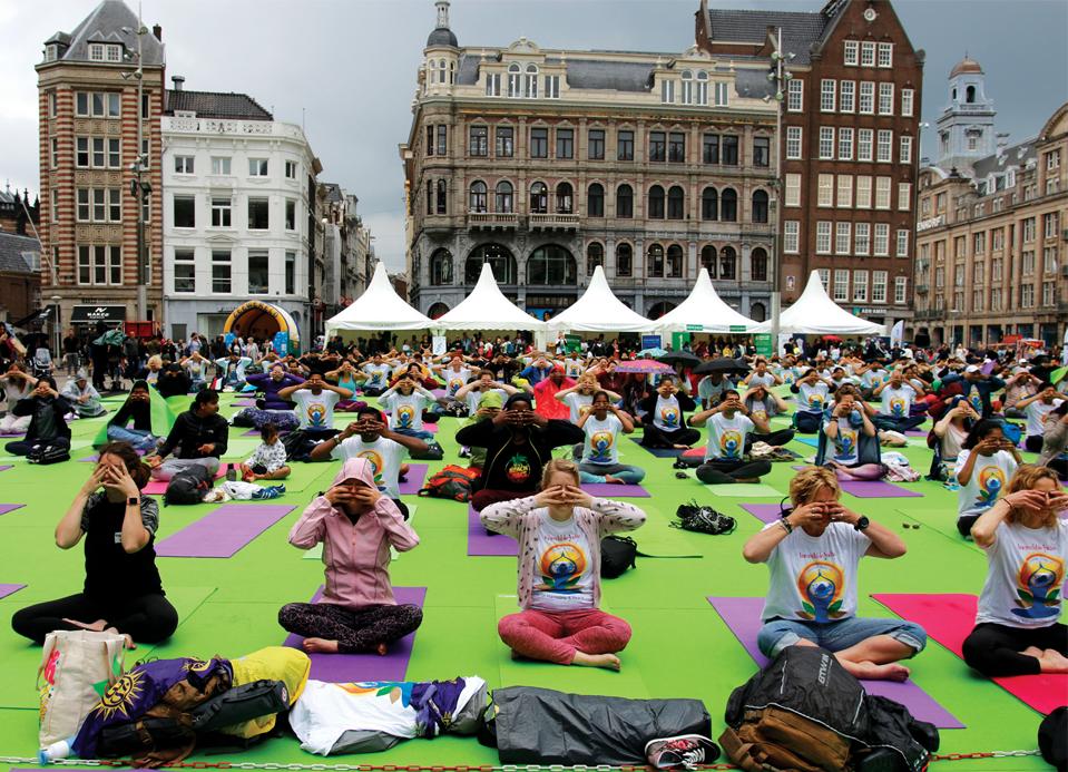 Cientos de personas se unen a las celebraciones del día de yoga en el centro de la ciudad de La Haya, Países Bajos.