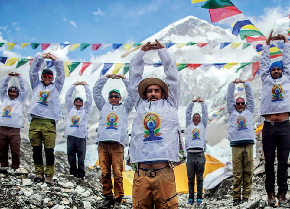 Alpinistas se aquecendo com ioga no acampamento Base do Everest no Nepal