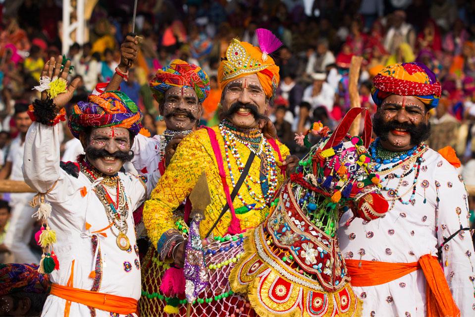 FERIA DE CAMILLOS DE PUSHKAR-Empezó como una feria de ganado, el Pushkar Mela ha crecido mucho para convertirse en una de las celebraciones más grandes e icónicas de las tradiciones de Rajasthani en la India y el mundo. La extravagancia cultural se inicia con una carrera de camellos que abre oficialmente las diversas exposiciones de arte y artesanía, textiles y varios eventos culturales.