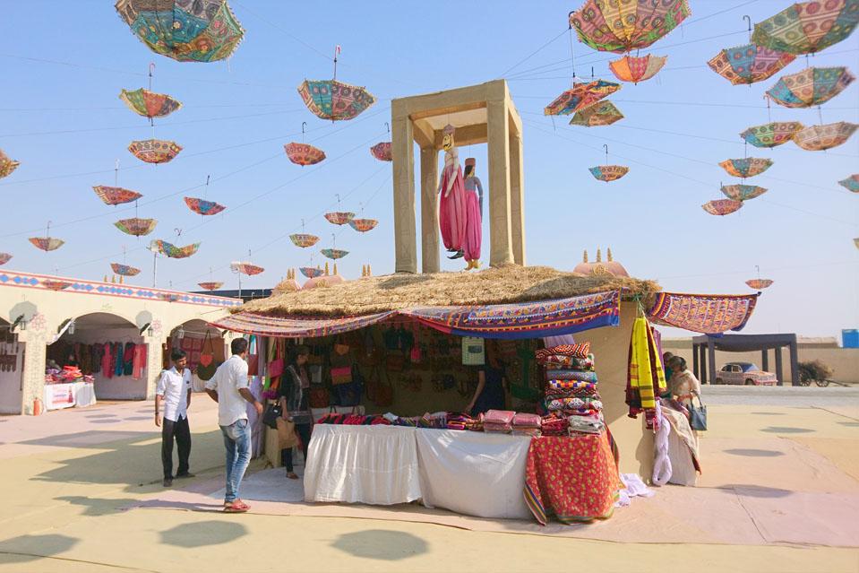 RANN UTSAV-Considerado entre los festivales más emblemáticos de la India, el Rann Utsav es una celebración anual de las tradiciones, costumbres y estilo de vida del Gran Rann de Kutch. Cuidadosamente elaborado para los visitantes de todas las edades, el festival se organiza cada año de octubre a febrero.