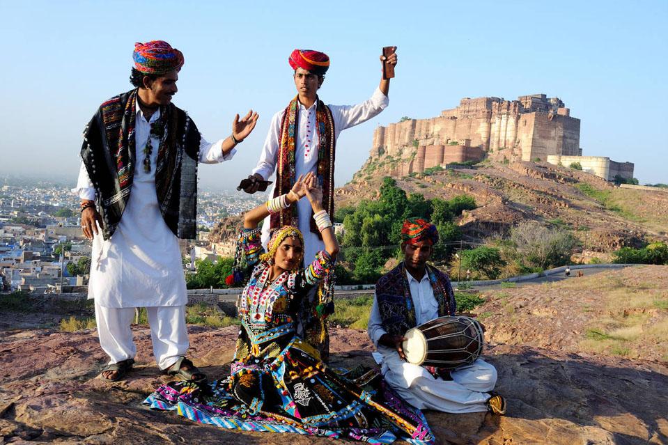 KABIR YATRA de RAJASTHAN-Una fiesta cultural moderna, el Kabir Yatra de Rajasthan es un festival de música folclórica itinerante que recrea el camino del artista desde Jaipur hasta Jaisalmer con múltiples músicos y cantantes folclóricos. Los festivales tienen como objetivo revivir la rica herencia artística de Rajasthan disolviendo las fronteras de casta, clase, religión e identidad.
