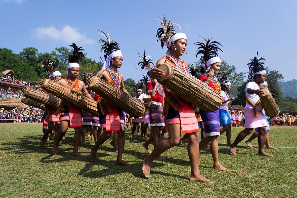FESTIVAL WANGALA-También conocido como el festival de los 100 tambores, Wangala es una celebración post-cosecha para agradecer a Misi Saljong, el dios del sol por bendecir a la gente con una rica cosecha. Un punto culminante es la presentación de 100 tambores con 10 tamborileros de cada una de las 10 tribus en el festival.