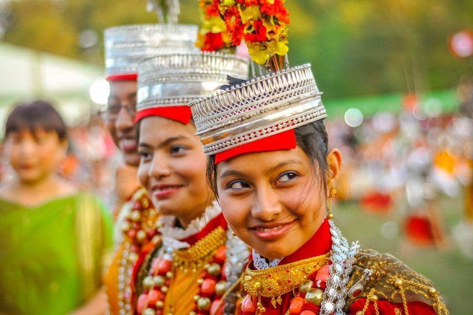 KA POMBLANG NONGKREM-Conmemorando el comienzo de la temporada de invierno, la tribu Khasi de Meghalaya se reúne para celebrar el antiguo festival de cinco días. Situado a sólo 20kms de Shillong, el pueblo Khasi alberga el festival Nongkrem para apaciguar a la diosa Ka Blei Synshar para una cosecha abundante y la continua prosperidad del pueblo.