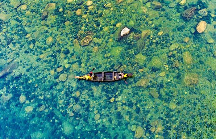 Dawki:A cidade de Dawki em Meghalaya está situada junto às águas do rio Umngot, popularmente conhecido como rio Dawki. Apesar de não ser um lago, merece ser mencionado graças às suas paisagens maravilhosas e águas verde-esmeralda cristalinas.