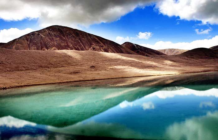 Lac Gurudongmar:Situé à une hauteur de 17 800 pieds à Sikkim, c'est l'un des plus hauts lacs du monde. Nommé après le gourou Padma-sambhava, qui est soupçonné d'être le fondateur du bouddhisme tibétain, il est vénéré par les habitants et les voyageurs.