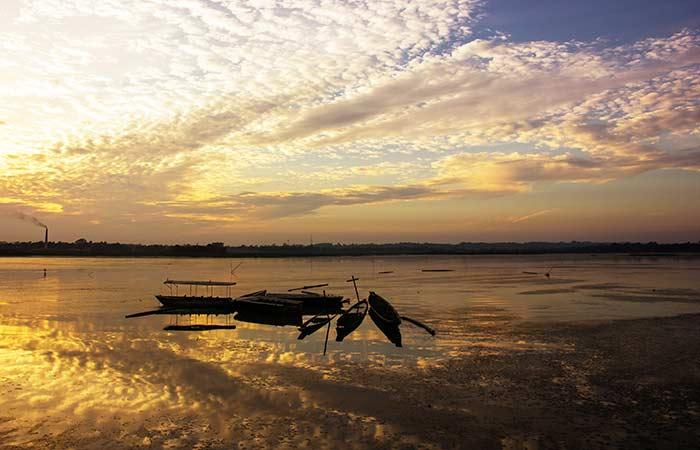 Lac Rudrasagar:Aussi connu sous le nom de Twijilikma, il est situé à Tripura et a été identifié comme l'un des do-maines d'importance nationale pour la conservation et l'utilisation durable.  Une caractéristique intéressante est le Neermahal, un palais majestueux qui a été construit sur la rive nord du lac pour servir de résidence d'été à la royauté de Tripura.