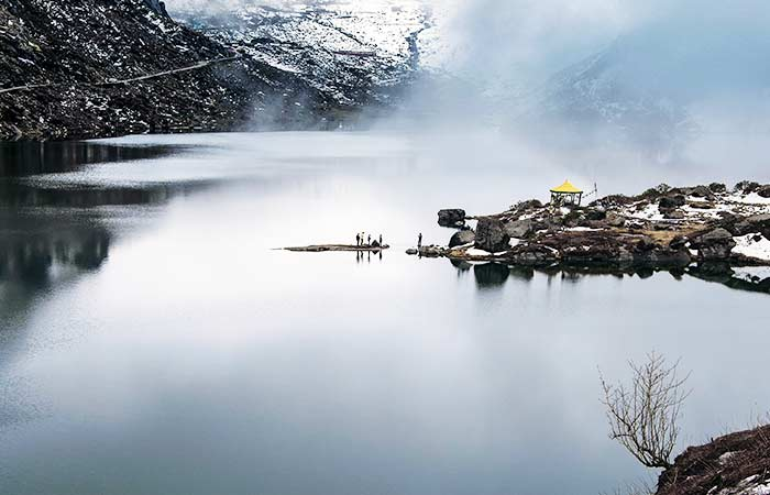 Lac Tsomgo:Aussi connu comme le lac Changu, c'est un lac glaciaire rare dans le Sikkim oriental. Ce lac, qui est vénéré par les habitants comme sacré, reste gelé pendant l'hiver et s'anime au printemps avec la floraison des fleurs dans les environs.