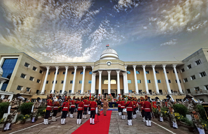 Il personale di polizia esegue alcune canzoni per motivare i guerrieri del Coronavirus, a Bhubaneswar, Odisha, il 30 maggio