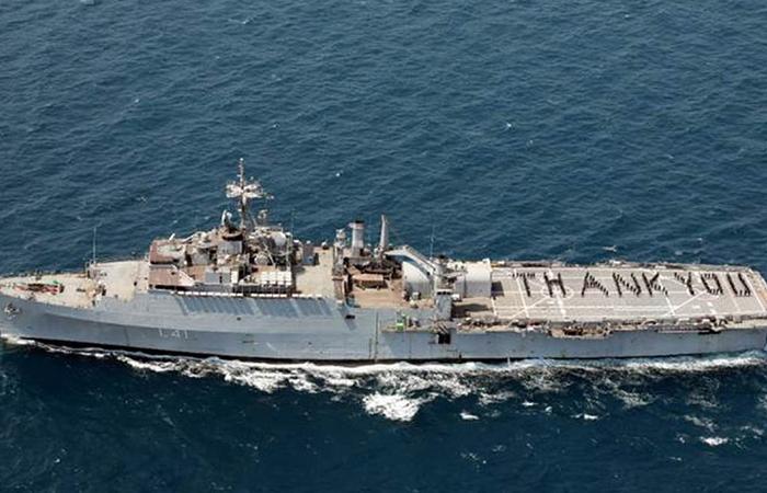"""l'equipaggio dell'INS Jalashwa della Marina indiana """"ringrazia"""" i guerrieri del coronavirus per il loro impegno in prima linea come parte dell'iniziativa """"Armed Forces Salute Corona Warriors"""", del 3 maggio"""