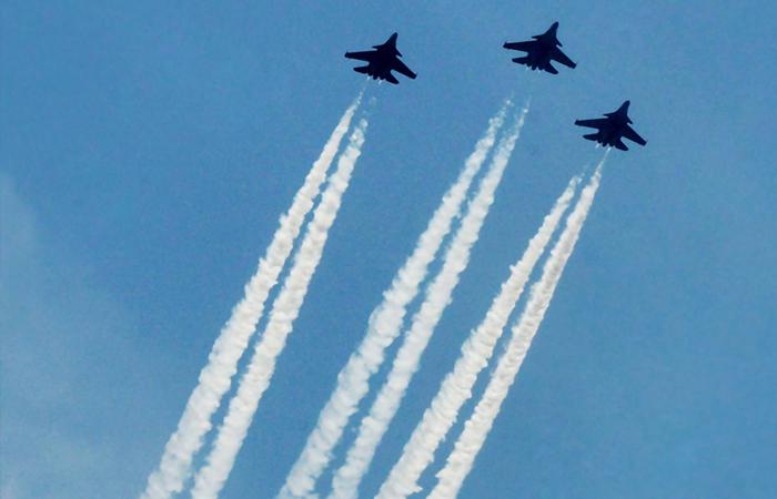 ثلاث طائرات تابعة لسلاح القوات الجوية الهندية تحلق فوق بوابة الهند تعبيراً عن الامتنان لجميع العاملين في الخطوط الأمامية، بما في ذلك الأطباء المتخصصين والشرطة وعمال الصرف الصحي لمساهمتهم في مكافحة فيروس كوفيد-19 في 3 مايو