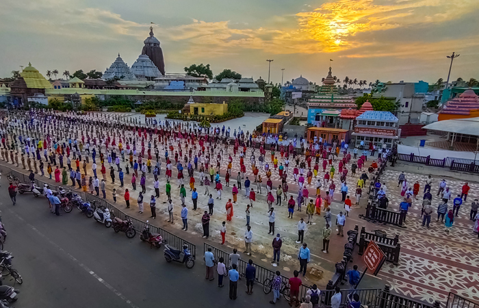 """People from all walks of life gather in Puri to sing """"Bande Utkala Janani,"""" Odisha's unofficial state song to motivate coronavirus warriors on May 30, 2020"""