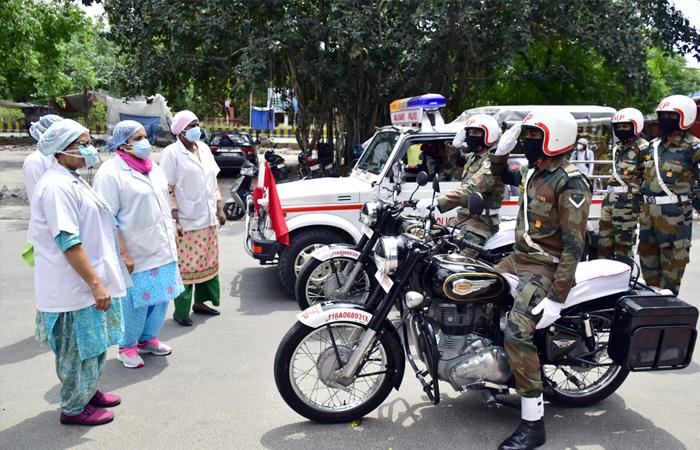 Funcionários do exército saúdam os médicos e pessoal médico pelos seus serviços durante a pandemia do coronavírus