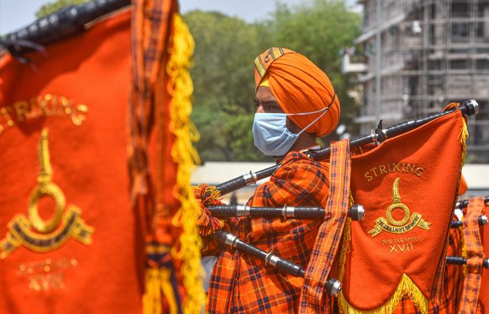 Uma banda do exército toca em homenagem ao pessoal médico pelos seus serviços durante a pandemia do coronavírus em Nova Deli, a 3 de Maio de 2020