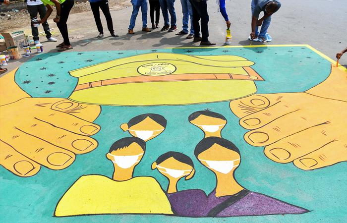 alcuni artisti dipingono un murale dedicato alle forze di polizia per ringraziarli per i loro servizi compiuti sfidando tutti i rischi presenti nel corso di un lockdown a livello nazionale, per combattere la diffusione di COVID-19