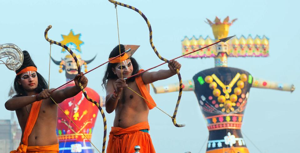 Les représentations de Ramleela ont lieu pendant le Navratri ou neuf nuits. Le dernier jour, qui coïncide avec Dussehra, des effigies grandeur nature de Ravana, Meghnath et Kumbhakarana sont brûlées lors d'une scène. Ici, des acteurs déguisés en seigneur Rama et seigneur Lakshmana participent à une procession de Ramleela à Amritsar, au Pendjab