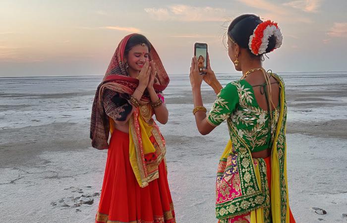 تعد تقاليد ولاية جوجرات الشعبية أحد المعالم البارزة في مهرجان ران أوتساف. ويشارك فنانون من جميع أنحاء الولاية في فعاليات المهرجان لعرض ثقافتهم الثرية والأزياء التقليدية