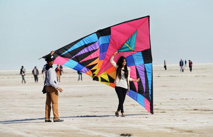 Le festival international annuel de cerf-volant du Gujarat coïncide également avec le Rann Utsav. Le Rann of Kutch est l'un des nombreux sites du festival de cerf-volant. Pour plus d'informations sur les voyages, visitez : gujarattourism.com