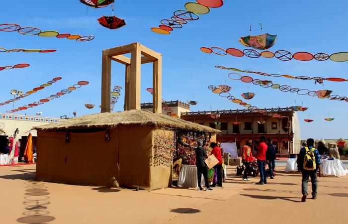 Une mela (foire) lumineuse, organisée pour célébrer le festival annuel près de la ville de tentes, offre aux clients un aperçu de la culture vibrante du Gujarat, des arts décoratifs autochtones, de la cuisine et des traditions du métier à la main.
