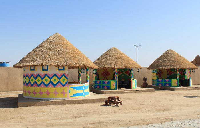 Les huttes bunga sont peintes avec des couleurs vives et les toits sont construits avec des bâtons de bambou, de la corde d'herbe séchée et de l'herbe séchée