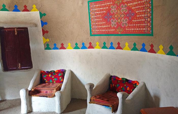 Les intérieurs des huttes bunga présentent des décorations ornées et des sièges confortables. Ces huttes sont fraîches l'été et vice-versa