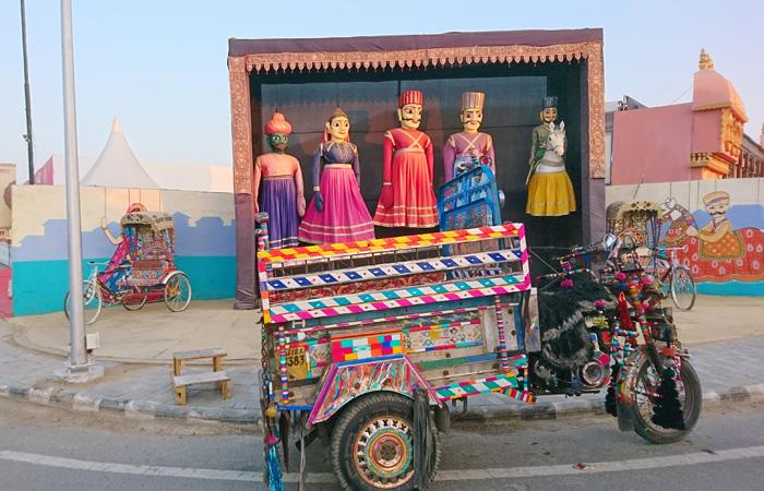 Un chakda est un moyen de transport à trois roues populaire dans les villages de Kutch et Saurashtra. Une balade sur ce véhicule est une expérience à ne pas manquer au festival